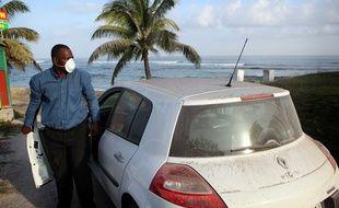 (Illustration)  Un homme portant un masque filtrant, à Anse-Bertrand, en Guadeloupe.
