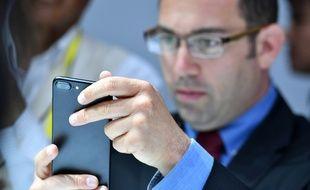 Le 7 septembre 2016, à San Francisco, un homme teste l'iPhone 7 lors d'un événement réservé aux médias.