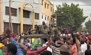 Des soldats maliens arrivent sur le square de l'Indépendance à Bamako, le 18 août 2020.