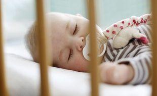 Tour de lit respirant, matelas ergonomique ou encore oreiller anti-tête plate: de nombreux produits promettent un sommeil tout en sécurité pour les bébés.