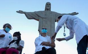 Début de la campagne nationale de vaccination au Brésil, au pied de la statue du Christ Rédempteur à Rio de Janeiro, le 18 janvier 2021.