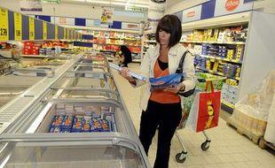 Une femme fait ses courses dans un magasin Lidl.