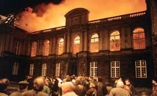 Le toit du Parlement de Bretagne entièrement embrasé, ici dans la nuit du 4 au 5 février 1994 à Rennes.
