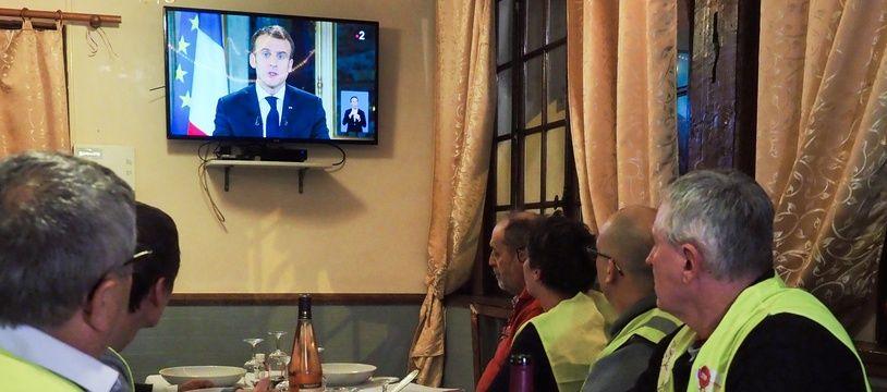 Des «gilets jaunes» regardent le discours d'Emmanuel Macron à la télévision, le 10 décembre 2018.