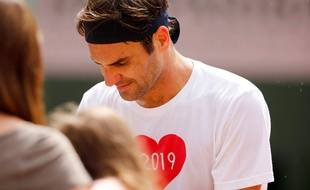 Roger Federer signe des autographes après l'entraînement, le 26 mai 2019 à Roland-Garros.