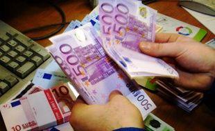 Un agent de change compte des billets de 500 euros, à Londres en 2001