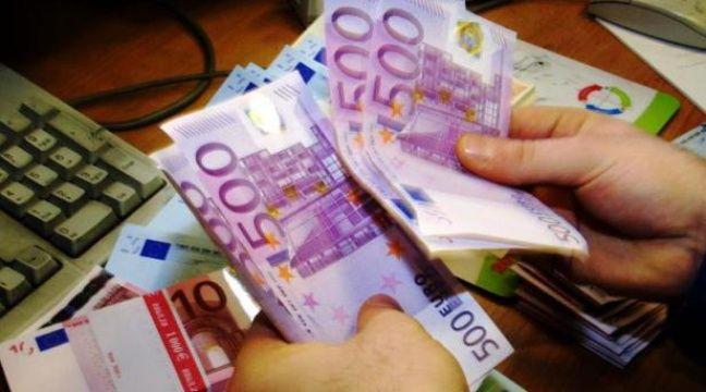 Un agent de change compte des billets de 500 euros, à Londres en 2001 – Adrian Dennis AFP