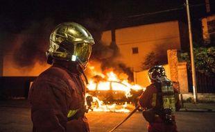 Photo d'illustration d'une intervention de pompiers pour prendre en charge une voiture incendiée, ici le 13 juillet en banlieue parisienne.