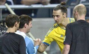 L'Argentin Lionel Messi (en bleu à g.) et Zlatan Ibrahimovic (en jaune, à dr.) lors d'un match amical le 7 février 2013 à Stockholm.
