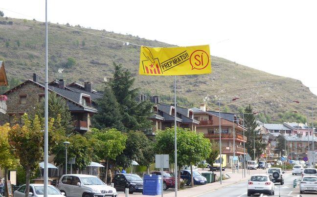Une banderole en faveur du «oui» au référendum d'autodétermination de la Catalogne, le 25 septembre 2017 à l'entrée de la ville.