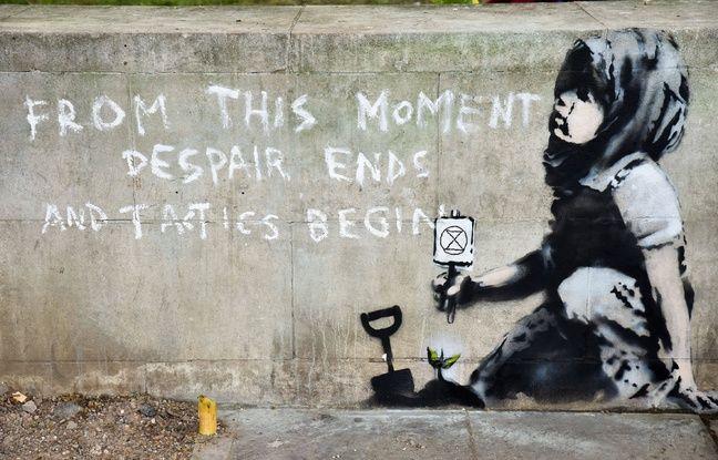 L'oeuvre attribuée à Banksy montre une enfant qui tient à la main un sablier dans un cercle, symbole du mouvement «Extinction Rebellion», à l'origine de la mobilisation pour «un état d'urgence écologique».