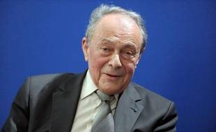 """L'ancien Premier ministre Michel Rocard, 81 ans, a fait vendredi """"un malaise"""" à Stockholm, mais il était conscient et pouvait communiquer, a indiqué à l'AFP un de ses proches."""