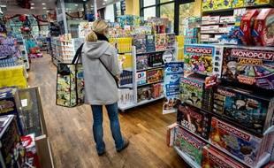 Illustration d'une cliente dans un magasin de jouets La Grande Récré.