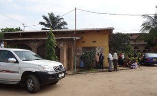 Des personnes se tiennent aux abords du couvent de Kamenge au Burundi, lundi 8 septembre, où trois religieuses ont été violées et tuées un jour plus tôt.