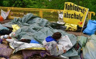 Des manifestants environnementalistes dans l'enceinte de la centrale thermique Schwarze Pumpe appartenant au groupe public suédois Vattenfall, à Lausitz, le 15 mai 2016