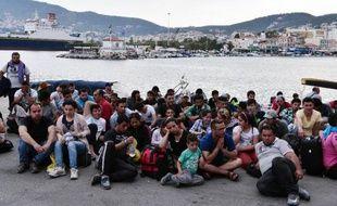 Des migrants syriens attendent d'être enregistrés sur le port de Mytilène, sur l'île de Lesbos, en Grèce, le 18 juin 2015