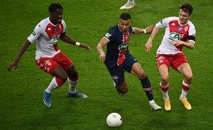 Kylian Mbappé face à deux Monégasques, en finale de Coupe de France.