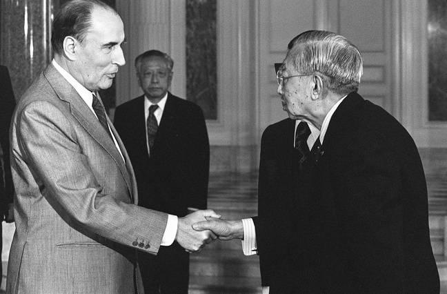 François Mitterrand rencontre l'empereur Hirohito à Tokyo, le 17 avril 1982.