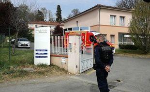 Devant La Chêneraie, la maison de retraite de Lherm dont cinq résidents sont morts d'une probable intoxication alimentaire.