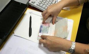 Trois psychiatres soupçonnés d'avoir vendu des certificats de complaisance à des étrangers pour leur permettre d'obtenir des titres de séjour ont été écroués cette semaine dans l'un des plus gros trafics de ce genre démantelés à Marseille, a-t-on appris samedi de sources proches de l'enquête.