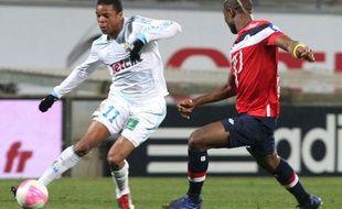 l'attaquant marseillais loïc rémy face au défenseur lillois Aurélien Chedjou, le 15 janvier 2012, au stade Vélodrome.