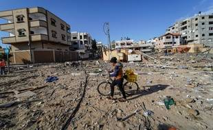 Un enfant dans les décombres après un bombardement israélien à Gaza.