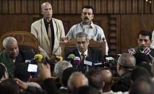 """Le tribunal égyptien chargé de juger le Guide suprême des Frères musulmans et ses adjoints pour """"incitation au meurtre"""" s'est récusé mardi, moins d'une semaine avant l'ouverture du procès du président Mohamed Morsi, issu de la puissante confrérie et destitué par l'armée."""