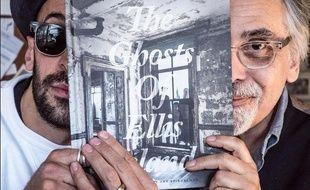 Le photographe JR et le dessinateur Art Spiegelmann posent avec leur ouvrage le 15 avril 2015