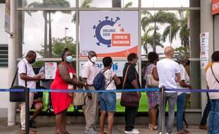 Des personnes font la queue pour se faire vacciner contre le coronavirus dans un centre de vaccination de Pointe-à-Pitre en Guadeloupe, le 30 juillet 2021.