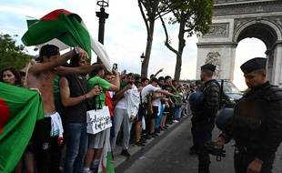 Des supporters célèbrent la victoire de l'Algérie en demi-finale de la CAN, le 11 juillet 2019 sur les Champs-Elysées.