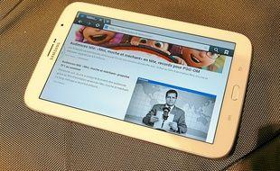 Entre mobile et tablette, la Galaxy Note 8.0 surprend par sa taille lorsqu'on la porte à l'oreille.