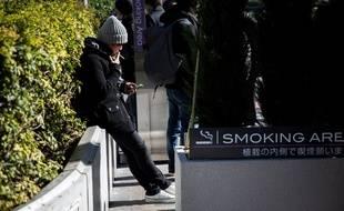 Un espace fumeur, dans les rues de Tokyo, au Japon, le 9 mars 2017 (illustration).
