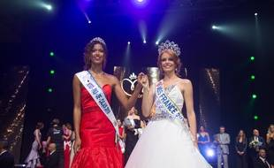 Maëva Coucke (à droite) a remis l'écharpe de Miss Nord-Pas-de-Calais à Annabelle Varane, qui lui succède dans cette fonction.