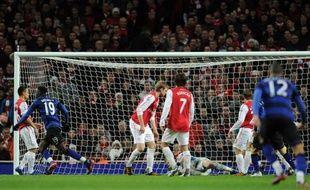 """Le """"Super Sunday"""" du Championnat d'Angleterre a débouché sur un statu quo en tête après les victoires de Manchester City sur Tottenham (3-2) et de Manchester United à Arsenal (2-1) lors des deux chocs au sommet de la 22e journée."""