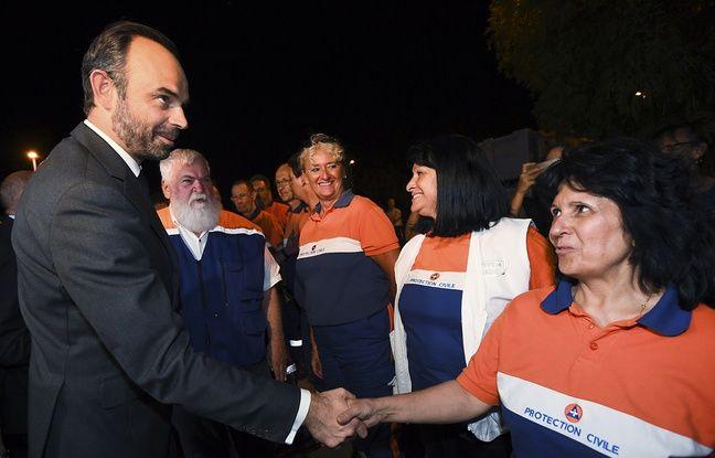 Edouard Philippe rencontre les secouristes à Bormes-les-Mimosas, le 26 juillet 2017.