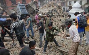 Des personnes déblaient la place Durbar, à Katmandou (Népal), quelques heures après le séisme survenu le 25 avril 2015.
