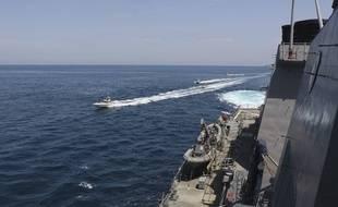 Des bateaux des gardiens de la révolution iranienne naviguent le 15 avril autour des navires militaires américains dans le golfe Persique près du Koweït.