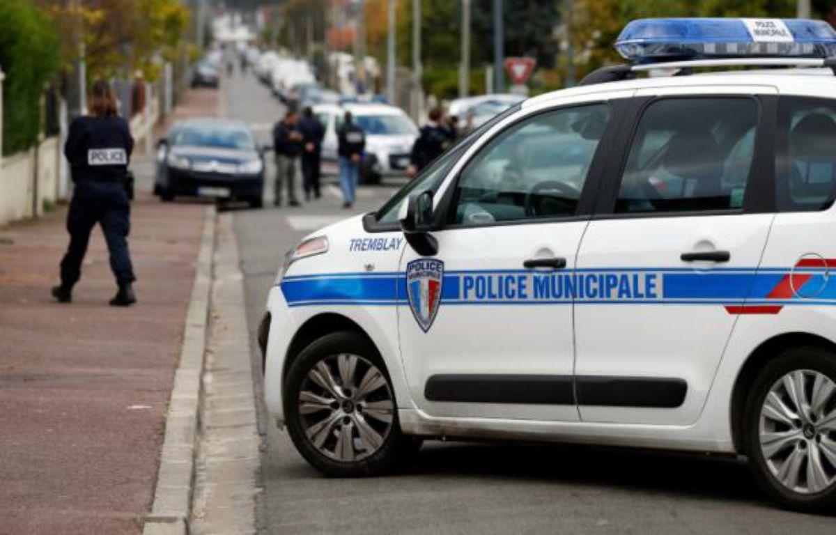 Des policiers dans une rue de Tremblay-en-France, en Seine-Saint-Denis, où un millier de plants de cannabis ont été retrouvés dans une maison, le 9 novembre 2014 – THOMAS SAMSON AFP