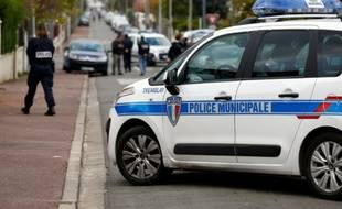 Des policiers dans une rue de Tremblay-en-France, en Seine-Saint-Denis, où un millier de plants de cannabis ont été retrouvés dans une maison, le 9 novembre 2014