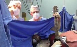 Capture d'écran de la vidéo d'un Brésilien qui joue de la guitare et chante durant une opération au niveau du cerveau (vidéo postée le 2 juin 2015).