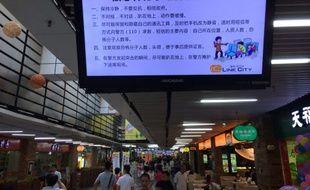 Un écran dans un centre commercial donne des conseils aux résidents en cas d'attaque terroriste: rester calme, ne pas résister et faire confiance au gouvernement. A Shenzen, le 21 juin 2014.