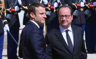 """François Hollande a demandé à son successeur à l'Elysée Emmanuel Macron d'éviter """"des sacrifices pas utiles"""" en matière sociale, en marge d'une visite au Festival du film francophone d'Angoulême le 22 août 2017."""