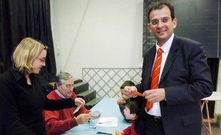 Le parquet de Nanterre a ouvert une enquête préliminaire pour corruption visant le sénateur-maire PS de Clamart (Hauts-de-Seine), Philippe Kaltenbach, pour établir s'il a monnayé l'attribution d'un logement social, a-t-on appris jeudi de source judiciaire.