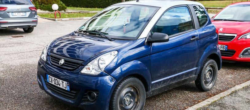 Plusieurs marques comme Ligier, Microcar ou Aixam commercialisent des petites voitures qui peuvent être conduites sans permis.