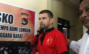 Flix Dorfin, escorté par la police indonésienne après son arrestation. à Lombok.