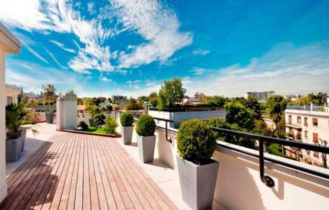 Vue coûteuse depuis une terrasse panoramique en proche banlieue parisienne
