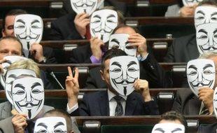 Des députés polonais du Mouvement Palikot (parti de gauche) derrière un masque de Guy Fawkes, le 26 janvier 2012, pour protester contre la signature par l'UE de l'accord ACTA.