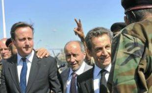 David Cameron et Nicolas Sarkozy, à leur arrivée à l'hôpital de Tripoli, hier.