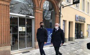 Aurélien Pradié, candidat LR aux régionales en Occitanie, déambulant dans Toulouse avec le maire, Jean-Luc Moudenc, le 15 mars 2021.