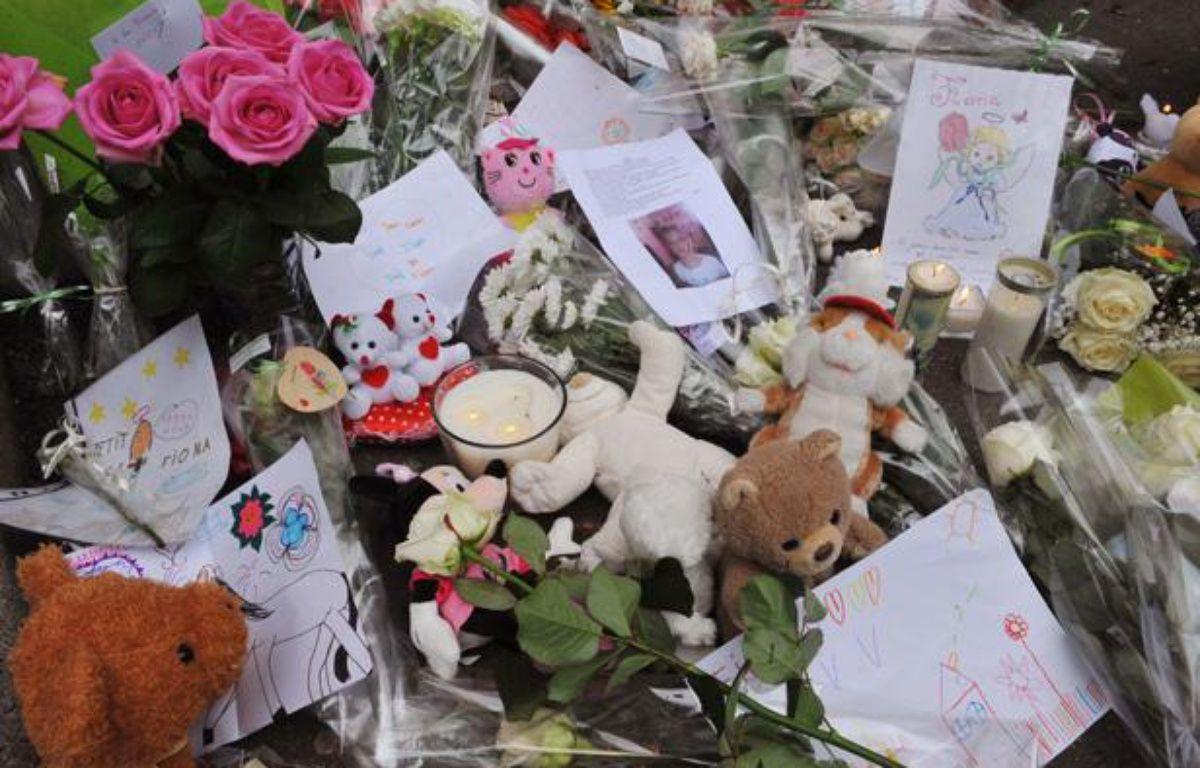 Des mots, des fleurs et des peluches ont été déposés devant l'immeuble de Clermont-Ferrand où habitait Fiona, 5 ans, qui serait décédée en mai. Photo prise le 29 septembre 2013. – THIERRY ZOCCOLAN / AFP